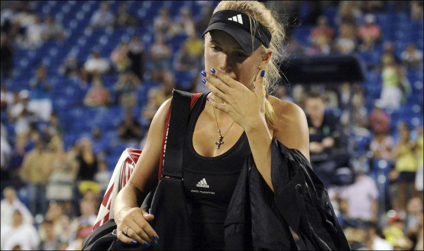 SKUFFET: Her rusler Caroline Wozniacki av banen, og må konstatere et trist sorti fra US Open. Foto: Reuters
