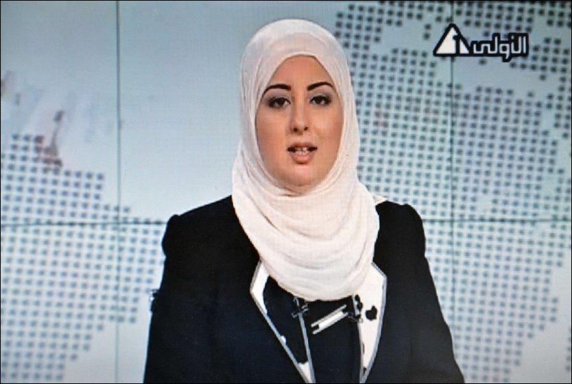 DEN FØRSTE: Et stillbilde tatt fra den statlige TV-kanalen Channel 1 viser Fatma Nabil som ble den første kvinnen til å bære hijab på egyptisk TV. Foto: AFP
