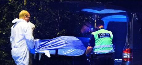 FUNNET: Politiet sikret raskt skogholtet etter funnet. Her fraktes Sigrid bort fra skogholtet. Foto: HELGE MIKALSEN / VG
