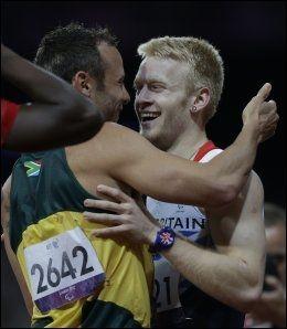 HYLLET: Oscar Pistorius, bedre kjent som «Blade Runner» hyllet gullvinner Jonny Peacock etter 100-meteren i Paralympics torsdag. Foto: Ap