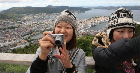 ASIATENE KOMMER: Størst turistvekst til Norge er det fra Asia. Her har to japanske jenter kommet seg opp på Fløien i Bergen. Aller størst vekst er det fra Sør-Korea, Japan og Kina med henholdsvis 19, 18 og 11 prosents økning. Foto: Hallgeir Vågenes
