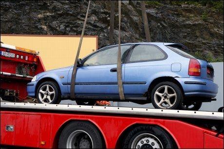 HENTES TIL POLITIET: Den blå Honda Civicen plasseres på en tauebil og kjøres til undersøkelser av politiet. FOTO: ESPEN BRAATA/VG