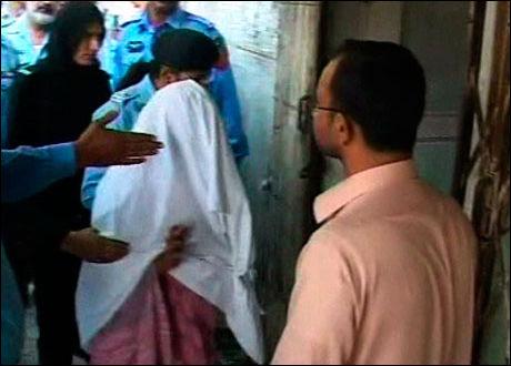 BLE FENGSLET FOR Å HA BRENT SIDER I KORANEN: Jenta ble pågrepet og fengslet for å angivelig ha brent sider i koranen. Foto: AP