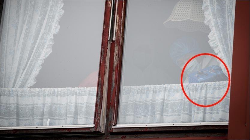 NY MOBIL: Kriminalteknikerne gransket torsdag emballasjen til en Nokia-telefon i leiligheten til den drapssiktede 37-åringen i Ålesund. Foto: Geir Otto Johansen / VG