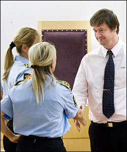 SITTER FENGSLET: Her er forsvarer John Christian Elden i samtale politiadvokatene Tina Bjarkø Helleland og Cecilie Gulnes under torsdagens fengslingsmøte. Foto: FRODE HANSEN / VG
