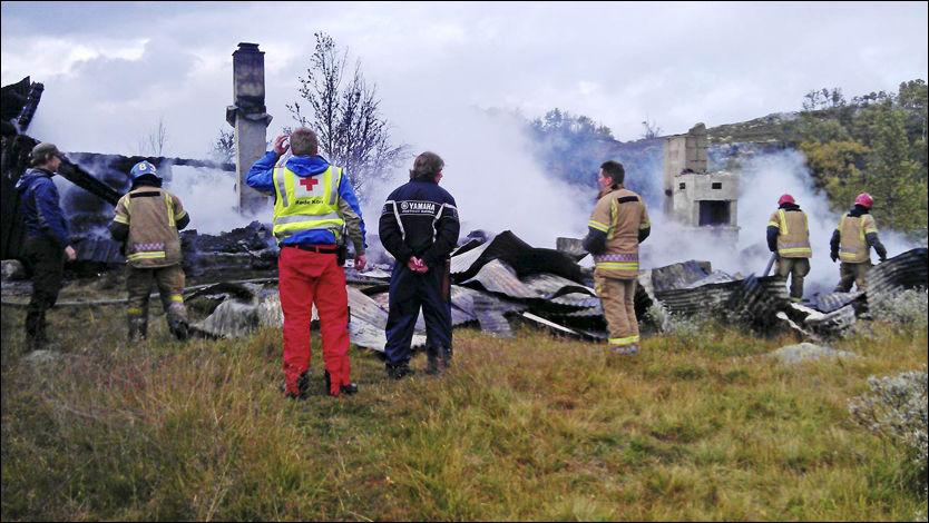 HYTTE BLE FLAMMENES ROV: Slik så Petter Stordalens krigshistoriske kulturskatt i Tinn i Telemark ut etter brannen mandag ettermiddag. Foto: Stein Øivind Bystrøm