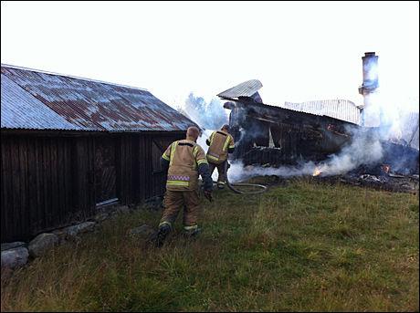 KJEMPET MOT FLAMMENE: Brannvesenet klarte å hindre at brannen spredde seg til de andre bygningene. Foto: FOTO: Svein Moen