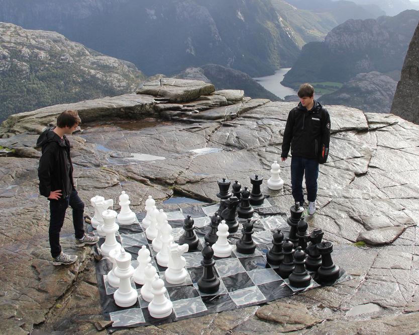 GOD, MEN...: Magnus Carlsen spilte sjakk sammen med Kristoffer Madland på Preikestolen fredag ettermiddag. Foto: Øyvind Askeland