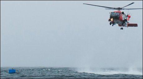 REDNINSHELIKOPTER: Ryan Harris, som lå 26 timer ute i fiskekassen, ble etter hvert plukket opp av et redningshelikopter fra den amerikanske kystvakten. Foto: AP PHOTO, JOEL BRADY-POWER, DAILY SITKA SENTINEL, NTB SCANPIX