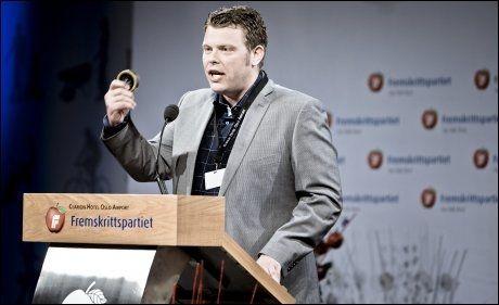 SNUSTILHENGER: Jørn Kallmyr hytter med snusboks på talerstolen under Frps landsmøte tidligere i år. - Jeg nekter å la meg styre av EU-byråkrater, sier Kallmyr, som frykter snusforbud i Norge. Foto: FFOTO: KRISTER SØRBØ/VG