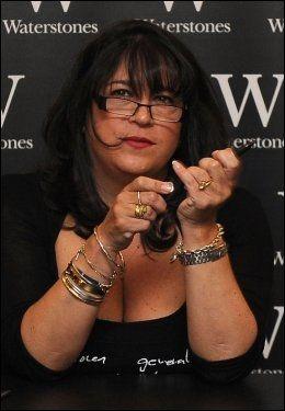 UKJENT ANSIKT: «Fifty Shades»-forfatter E.L. James (49) styrer unna TV-show i hjemlandet England. Her er hun likevel på en boksignering i London tidligere denne måneden. Foto: PA