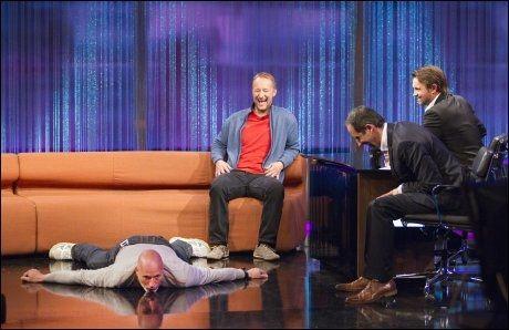 TV-GJESTER: Kjetil André Aamodt lener seg tilbake, mens Lasse Kjus av en eller annen grunn ligger på golvet i «Senkveld». Foto: Frode Hansen, VG