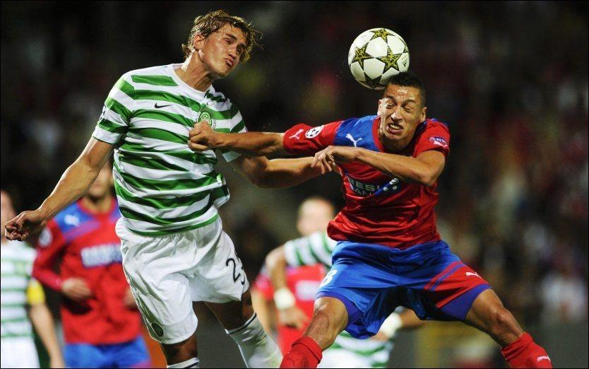 VIL BLI: Thomas Rogne ønsker å bli i Celtic og er ønsket av sjefen. Her er han i duell med Helsingborg-innleide Nikola Djurdjic i Champions League-kvalifiseringen tidligere i høst. Foto: Bjorn Lindren, Afp