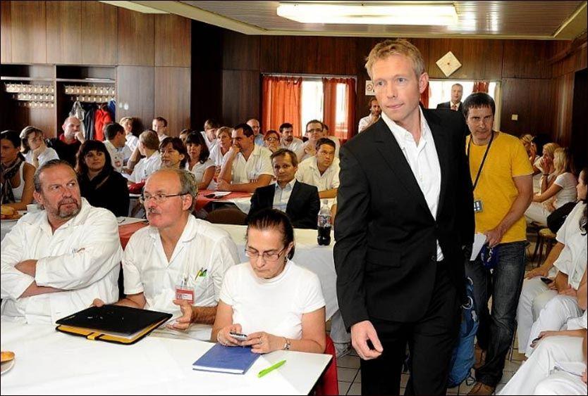 LÆRER BORT: Overlege Knut Erik Hovda har vært i Tsjekkia for å holde informasjonsmøter og opplæring av akuttmedisinske helsepersonell. Foto: DANIELA PELCLOVA