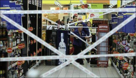 STENGT: Betjeningen på et av supermarked i Praha stenger av tilgangen til brennevin i butikken. Foto: REUTERS