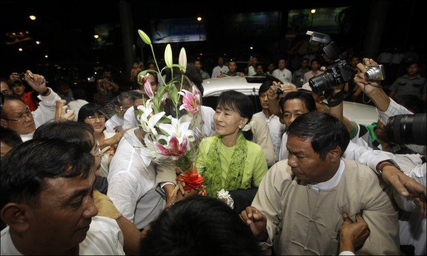 OPPMERKSOMHET: Burmas opposisjonsleder Aung San Suu Kyi får stor oppmerksomhet idet hun reiser fra Yangon til USA. Foto: Soe Zeya Tun / Reuters / NTB scanpix