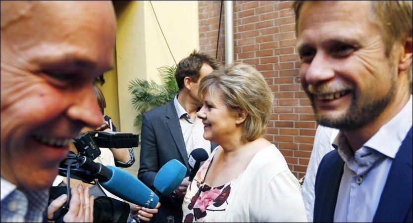 SKATTEENDRING: Programkomiteen i Høyre ledes av Bent Høie (til høyre). Høyre-leder Erna Solberg og nestleder Jan Tore Sanner ved siden av. Foto: Lise Åserud / NTB scanpix