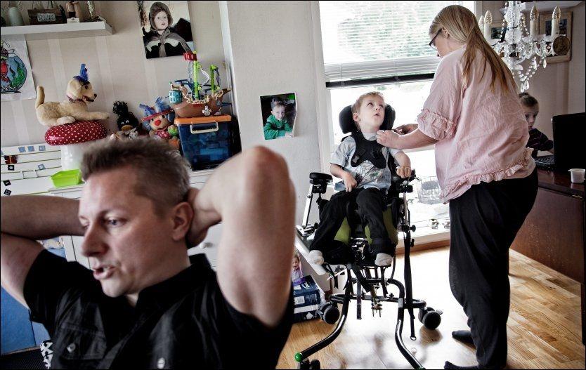 TRENGER HJELP: Daniel trenger hjelp og bistand døgnet rundt. Her får han hjelp av mamma Karina Eidem. Pappa Magnus Lutman foran. Foto: Øyvind Nordahl Næss