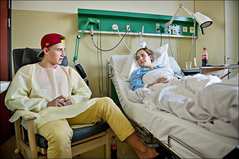 SNAKKER UT: Kristoffer Hansen besøkte venninnen Silje Eilertsen i går. Han er utskrevet, mens Silje må belage seg på flere netter på Sykehuset Buskerud Foto: EIVIND GRIFFITH BRÆNDE