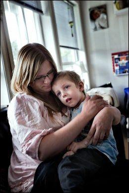 BLE KVALT: Daniel ble skadet i barnehagen. Her med mamma Karina. Foto: Øyvind Nordahl Næss