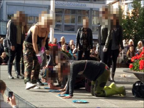 IKKE AKKURAT HERREMÅLTID: Her får deltagerne som ønsker å bli tatt opp i Gevjon beskjed om å spise som hunder fra tallerknene. Foto: PRIVAT