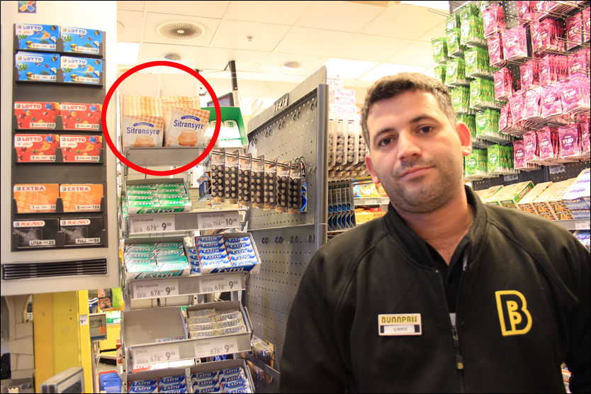 VURDERER FJERNING: Butikksjef Emre Alemdag (27) ved Bunnpris Oslo S har flyttet posene med sitronsyre frem til kassen på grunn av gjentatte tyverier. Nå vurderer han å fjerne produktet helt fordi det er skadelig å injisere. Foto: SISSEL KRUSE LARSEN