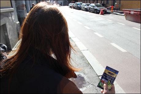 FÅR UTDELT: «Trine» (40) er sjeleglad for at enkelte lavterskeltilbud deler ut askorbinsyre kjøpt i dagligvarebutikk i Sverige på gaten i Oslo, så hun og de andre heroinmisbrukerne slipper å betale 160 kroner på apoteket for en pakke eller bruke sitronsyre som substitutt. Foto: BJØRN-MARTIN NORDBY