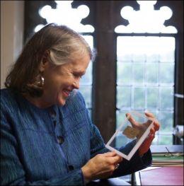ENESTE EKSISTERENDE: Historiker Karen L. King holder papyrusbiten fra det fjerde århundret som hun mener er den eneste eksisterende antikke teksten som siterer at Jesus hadde en kone. FOTO: Rose Lincoln, Ap