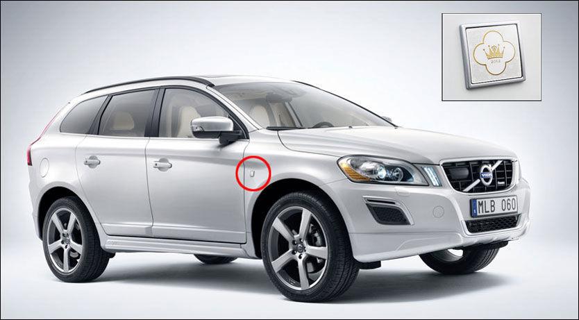 MERKET FOR LIVET: Dåps-Volvoene er merket diskret med et emblem på forskjermen. Her er XC60. Foto: Produsent.