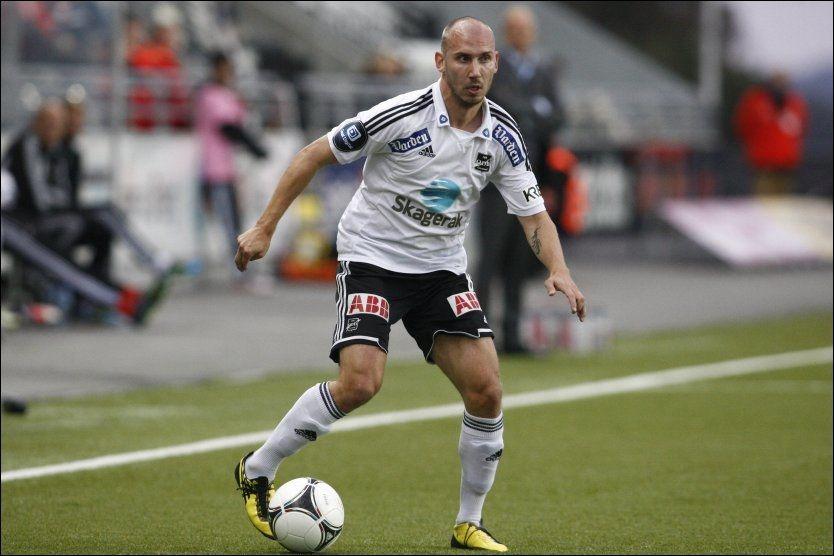TREKKES: Odd Grenlands Jone Samuelsen med ballen mot Stabæk. Foto: Audun Braastad, NTB Scanpix