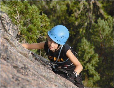 OPP, OPP: Jonathan klatrer i Ulriken, i regi av Bergen Base Camp. Foto: Anne Gunn Rosvold