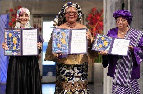 LYKKELIGE VINNERE: I fjor var det disse tre kvinnene som kunne motta fredsprisen. Fra høyre: Liberias president Ellen Johnson-Sirleaf, den liberiske fredsaktivisten Leymah Gbowee og menneskerettsaktivisten Tawakul Karman fra Jemen. FOTO: NTB SCANPIX