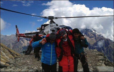 BERGES: Klatrere hentes ned fra fjellet av nepalske redningsstjenesten Simrik Air. Foto: AFP