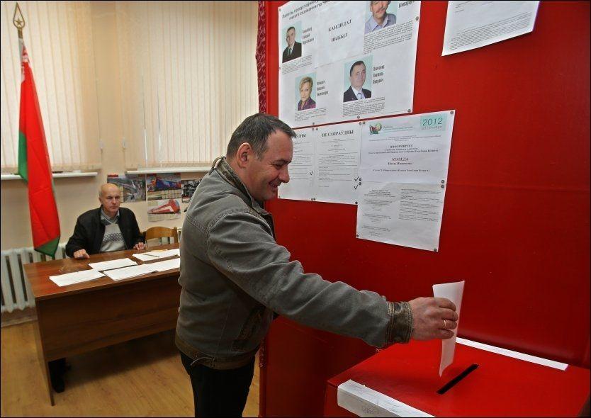 VALGDAG: En hvitterusser avgir sin forhåndsstemme i Minsk lørdag. Parlamentsvalget foregår søndag. Det er forventet at landets president Aleksandr Lukasjenko vil vinne valget med god margin - slik han vanligvis gjør. Hviterusslands opposisjon har oppfordret til boikott av søndagens valg. Foto: SERGEI GRITS/AP