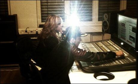 BAK MIKSEPULTEN: Omer Bhatti og Shontelle i studio. Foto: PRIVAT