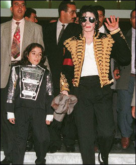 1996: En 12 år gammel Omer sammen med Michael Jackson i Tunis. Foto: AFP