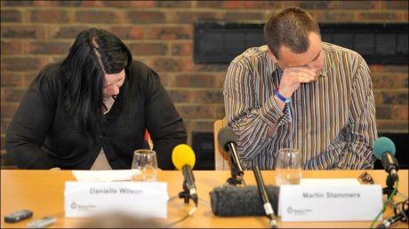 BEKYMRET: Foreldrene Danielle Wilson og Martin Stammers bønnfalt datteren sin om livstegn på en pressekonferanse mandag. Foto: PA