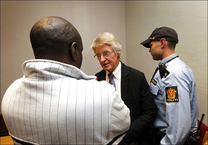 TILTALT: Sadi Bugingo (45) nektet straffskyld for å ha medvirket til folkemordet. Her i samtale med sin forsvarer, advokat Harald Stabell, i 2011. Foto: Hallgeir Vågenes