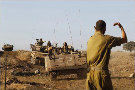 GIR SIGNAL: En israelsk soldat under en øvelse på de okkuperte Golanhøydene for en uke siden. Foto: Reuters