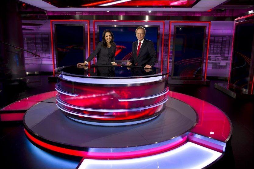 HÅPER PÅ STOPPEFFEKT: TV 2 har kastet ut det gamle, grønne studioet og persienner som backdrop til fordel for et flunkende nytt og hypermoderne nyhetsstudio som avdukes over helgen. Nyhetsankrene Arill Riise og Mah-Rukh Ali gleder seg til å ta i bruk sin nye arbeidsplass. Foto: Tor Erik H. Matiesen, VG.