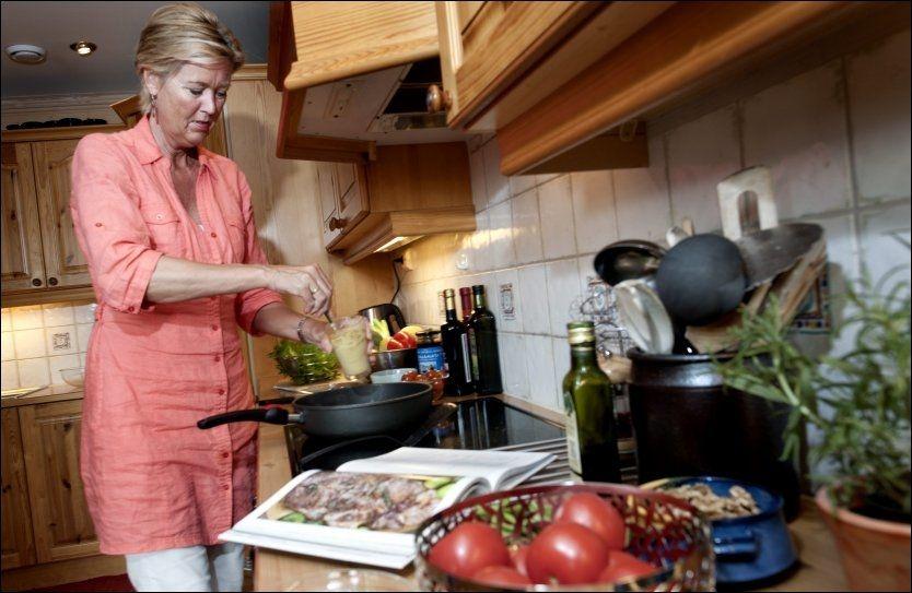 LAGER LAVKARBO: Lege Sofie Hexeberg mener det vil være langt billigere for samfunnet om 18-åringen får slanke seg med lavkarbokost, enn utgiftene overvekten hans vil medføre i fremtiden. Her er hun hjemme på kjøkkenet ved en tidligere anledning. Foto: Espen Braata, VG