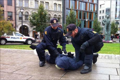 LAGT I BAKKEN: Her pågriper politiet en motdemonstrant under SIAN-demonstrasjonen i Oslo. Foto: MARIA MIKKELSEN /VG