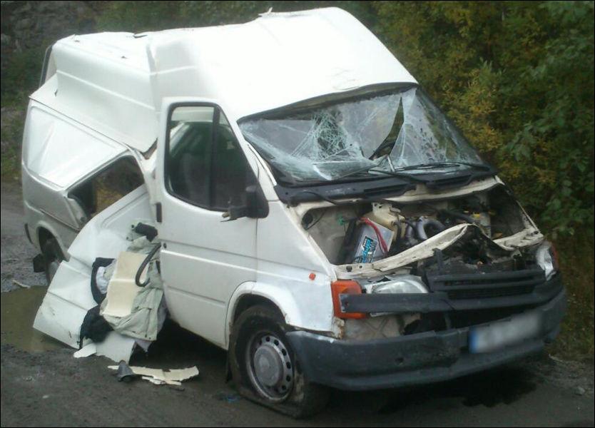 TOTALVRAK: I denne rumenske varebilen fant en lastebileier fra Møre og Romsdal igjen sine stjålne ting. Nå er bilen totalvrak som hevn. Foto: Privat