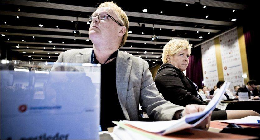 RASKT UT: Per Sandberg leder programkomiteen i Frp, som foreslår å stramme inn reglene for asylsøkere. Her sammen med Frp-leder Siv Jensen under partiets landsmøte i år. Foto: Krister Sørbø