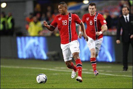 FRA START?: Joshua King og John Arne Riise under VM-kvalifiseringskampen mot Slovenia på Ullevaal. Foto: NTB Scanpix