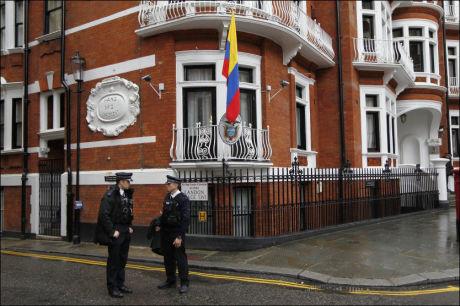 ALLTID VAKTHOLD: Britisk politi utenfor den equadorianske ambassaden i London, som konstant overvåkes, i tilfelle Julian Assange skulle finne på å bevege seg ut. Foto: Sang Tan / AP