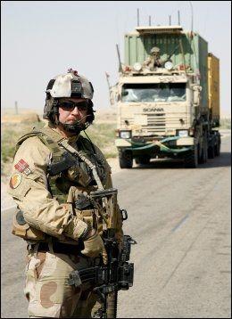 MODERNE SOLDAT: Det er ikke bare spesialstyrkene som kan meske seg i moderne utstyr. Her er en norsk soldat fra transportkompaniet i Nord-Afghanistan forrige uke. Alt ustyret du ser på bildet er nytt og har blitt innført i løpet av de siste årene. Foto: RUNE THOMAS EGE