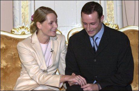 FORELSKET: Kronprins Haakon og Mette-Marit holdt pressekonferanse om sin forlovelse på Slottet. Her ser de på ringen som tidligere har blitt brukt av dronning Sonja. Foto: Trond Berntsen/VG