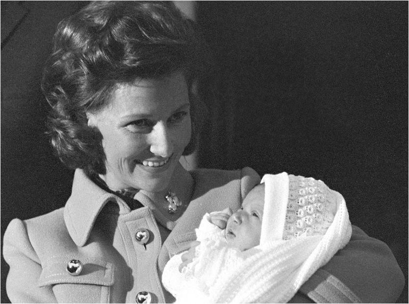 HENDELSESRIK LIV: Dronning Sonja har opplevd mye siden hun giftet seg med daværende kronprins Harald i 1968. Nå forteller hun åpenhjertig om livet som kronprinsesse og dronning i en ny biografi. Her er hun på vei hjem fra sykehuset med Märtha Louise i 1971. Foto: Scanpix Foto: Scanpix