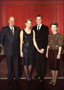 GODKJENT: Kronprins Haakon tok med sin forlovede Mette-Marit Tjessem Høiby på offisiell fotografering med dronning Sonja og kong Harald i 2000. Foto: Scanpix